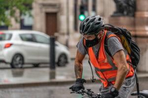 ciclista-na-pandemia-300x200-min